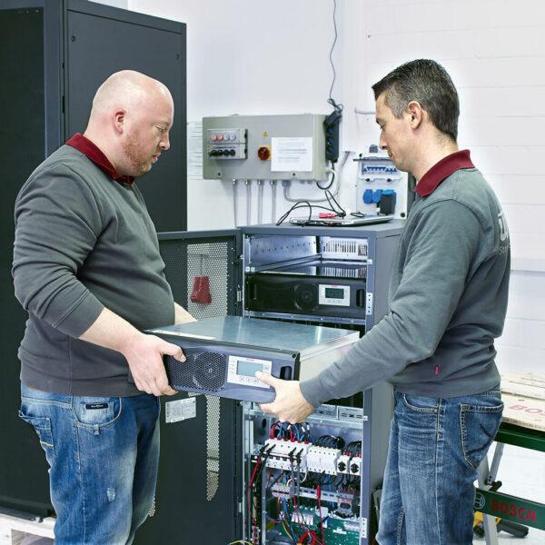 Mitarbeiter arbeiten an USV-Anlage